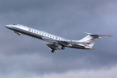 Реактивный самолет авиации общего назначения Туполева Tu-134 RA-65700 принимает на Zhukovsky Стоковые Фото