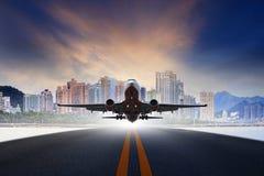 Реактивный самолет принимает от городской пользы взлётно-посадочная дорожка авиапорта для transp воздуха стоковое изображение