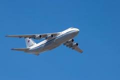 Реактивный самолет стратегического аеролифта в полете Стоковое Изображение RF