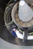 Реактивный двигатель летчика авиалинии рассматривая Стоковые Изображения RF