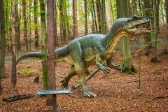 Реалистическая модель динозавра в лесе Стоковое Изображение RF