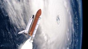 Реалистическая 3D анимация космического летательного аппарата многоразового использования запуская над атмосферой и ураганом земе акции видеоматериалы