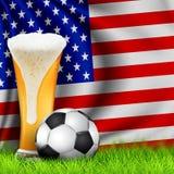 Реалистические футбольный мяч 3d и стекло пива на траве с национальным развевая флагом АМЕРИКИ Дизайн стильной предпосылки для стоковое фото rf