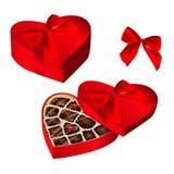 Реалистическое красное сердце сформировало коробку шоколадов, связало с лентой и смычком Стоковая Фотография RF
