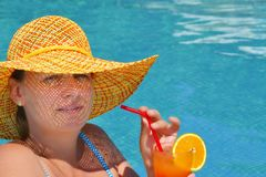 Реальная женская красотка ослабляя в плавательном бассеине стоковые фото