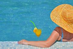 Реальная женская красотка ослабляя в плавательном бассеине стоковое изображение rf