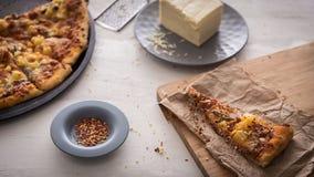 Реальная пицца от поставки на деревянном столе стоковые фотографии rf