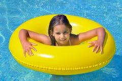 Реальная прелестная девушка ослабляя в бассейне стоковое фото