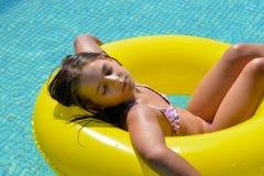 Реальная прелестная девушка ослабляя в бассейне Стоковая Фотография RF