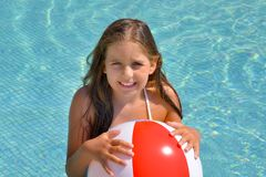 Реальная прелестная девушка ослабляя в бассейне стоковые изображения rf
