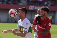 Реальное давление игрока Mallorcas над полузащитником Santanders Стоковые Изображения RF