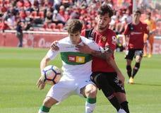 Реальное давление игрока Mallorcas над полузащитником Santanders Стоковое Изображение