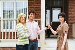 реальное имущества пар агента счастливое Стоковая Фотография RF