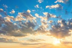 Реальное небо восхода солнца с красивыми светлыми облаками, солнцем и солнечными лучами стоковые фото