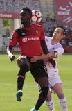 Реальное управление игрока Mallorcas с давлением полузащитника Santanders Стоковое фото RF