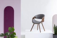 Реальное фото серого цвета, ватки и кожаного стула стоковое фото rf