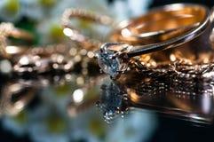 Реальные кольца золота с диамантами Стоковая Фотография RF