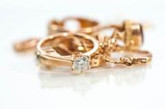 Реальные кольца золота, цепи, диаманты Стоковые Фото