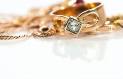 Реальные кольца золота, цепи, диаманты Стоковые Изображения