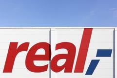 Реальный знак на фасаде стоковая фотография rf