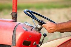 Реальный оператор зернокомбайна управляя трактором Стоковое Фото