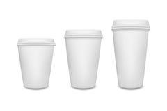 Реалистическая кофейная чашка чистого листа бумаги установила на белую предпосылку по мере того как шаблон stiker части конструкц бесплатная иллюстрация