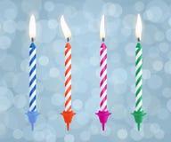 Реалистические горящие свечи именниного пирога установили на предпосылку bokeh также вектор иллюстрации притяжки corel Стоковое Фото