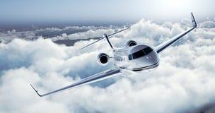 Реалистическое изображение белого роскошного родового частного самолета дизайна летая над землей Пустое голубое небо с белыми обл Стоковая Фотография