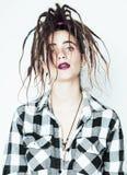 Реальная кавказская женщина с стилем причёсок смешным жизнерадостным fa dreadlocks Стоковые Изображения