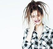 Реальная кавказская женщина с стилем причёсок смешным жизнерадостным fa dreadlocks Стоковое Изображение