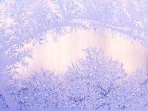 Реальная морозная картина на окне зима белизны снежинок предпосылки голубая матированное стекло Стоковые Изображения