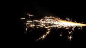Реальные горящие фейерверки над черной предпосылкой 1080p сток-видео