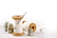 Реальные старые вьюрки черпают проступи ложкой с иглой и кольцом на белом wo Стоковое фото RF