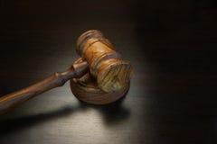 Реальные судьи или молоток аукциониста на черном деревянном столе Стоковые Изображения
