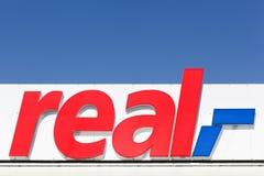 Реальный знак на фасаде стоковые изображения