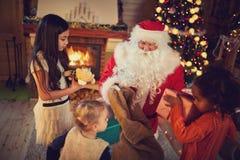Реальный Санта Клаус дает настоящие моменты Стоковые Фотографии RF