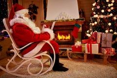 Реальный Санта Клаус наслаждаясь в теплой атмосфере рождества Стоковое Фото