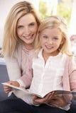 ребенка чтения женщина совместно Стоковое Фото