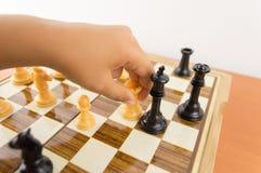 Ребенк выигрывает спичку шахмат Стоковые Фотографии RF