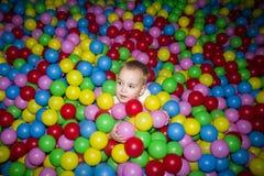 Ребенк в бассейне шариков Стоковая Фотография RF