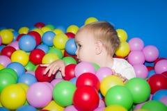 Ребенк в бассейне шариков Стоковые Изображения RF