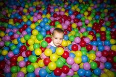 Ребенк в бассейне шариков Стоковое Изображение