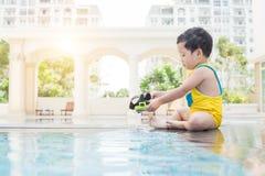 Ребенк в бассейне Стоковые Фотографии RF