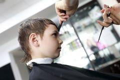Ребенк в парикмахерскае Стоковое Изображение RF