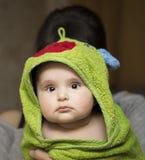 Ребенк в полотенце после купать Стоковые Фотографии RF