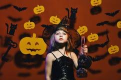 Ребенк в пугающем костюме ведьм держит старую лампу газа Партия Haloween и концепция украшений Черная шляпа маленькой ведьмы нося стоковая фотография rf