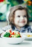 Ребенк в ресторане и здоровой еде Стоковая Фотография