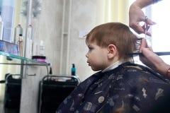 Ребенк в салоне парикмахерских услуг Стоковое Изображение