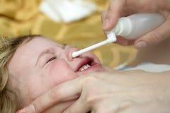 Ребенк вдыхая носовой брызг Стоковые Фото