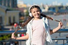 ( Ребенк девушки маленький туристский исследовать город используя аудио проводника стоковое изображение rf